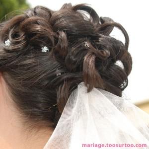 Coiffure de la mariée avec bouclettes, barrettes et voile