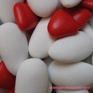 Dragées en chocolat et aux amandes de couleur rouge et blanche