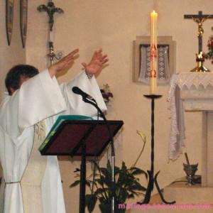 Cérémonie religieuse : le prêtre célèbre le mariage