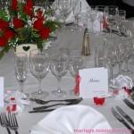 Place d'un invité sur la table : serviette, menu, marque-place