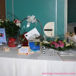Table avec urne, livre d'or, dragées et décorations